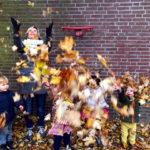Kinderen in de vallende bladeren.