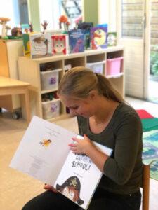 Een medewerkster van Merijn die een boek voorleest.
